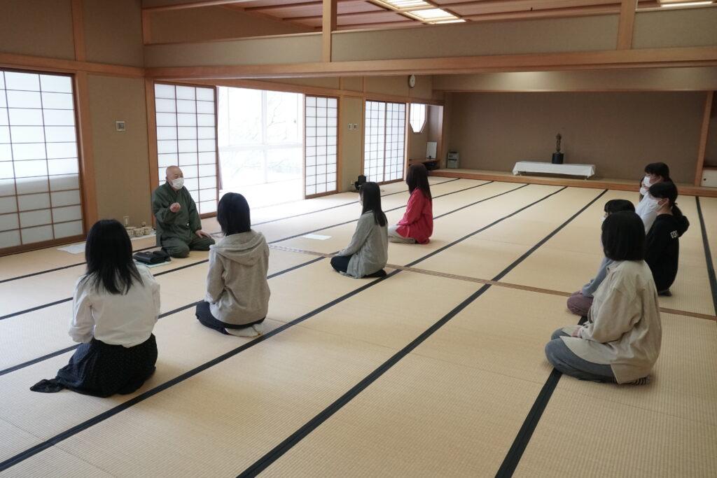 茶道の授業は鎌田学園長先生の指導。密にならないよう人数制限。