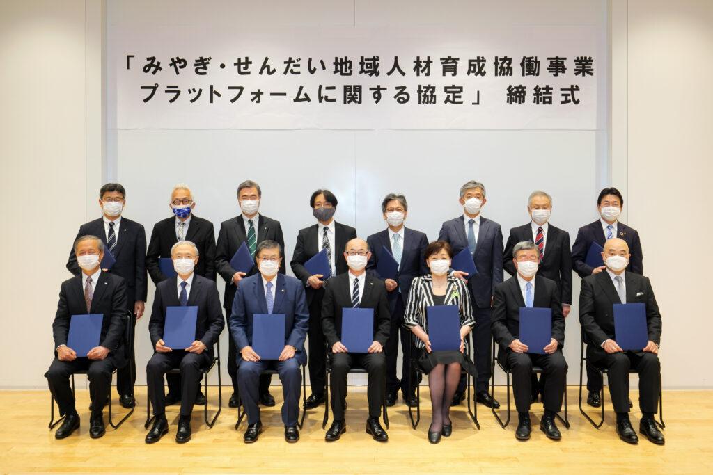 吉川和夫 本学学長(後方右側から4人目)