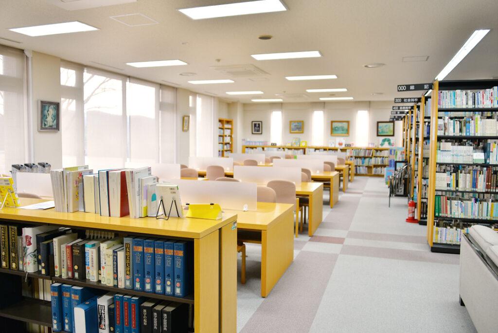7万冊を超える蔵書があります。