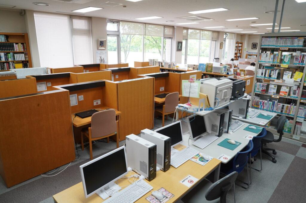 パソコン(25台)やプリンタも常備。