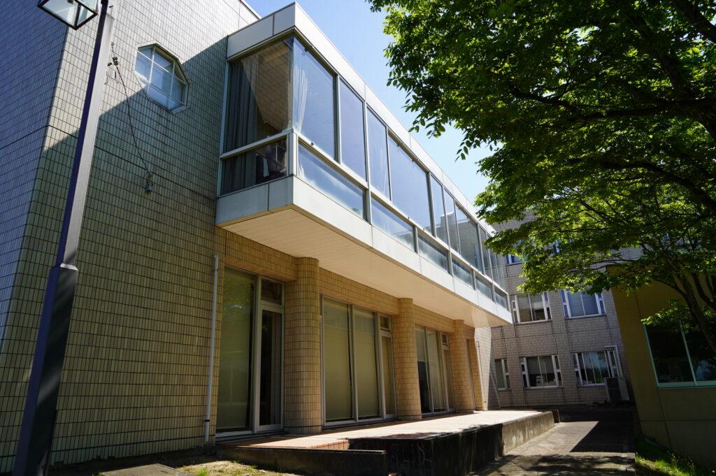 3号館、図書館の外観(1階部分)<br />