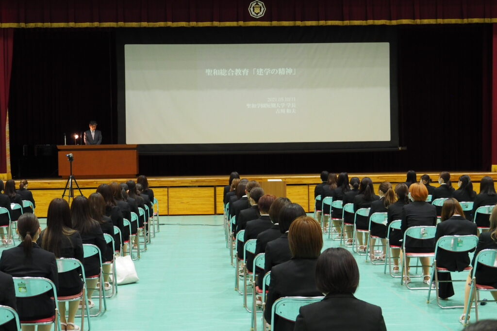 講話が開始されました。感染防止のため席の間隔も広げています。
