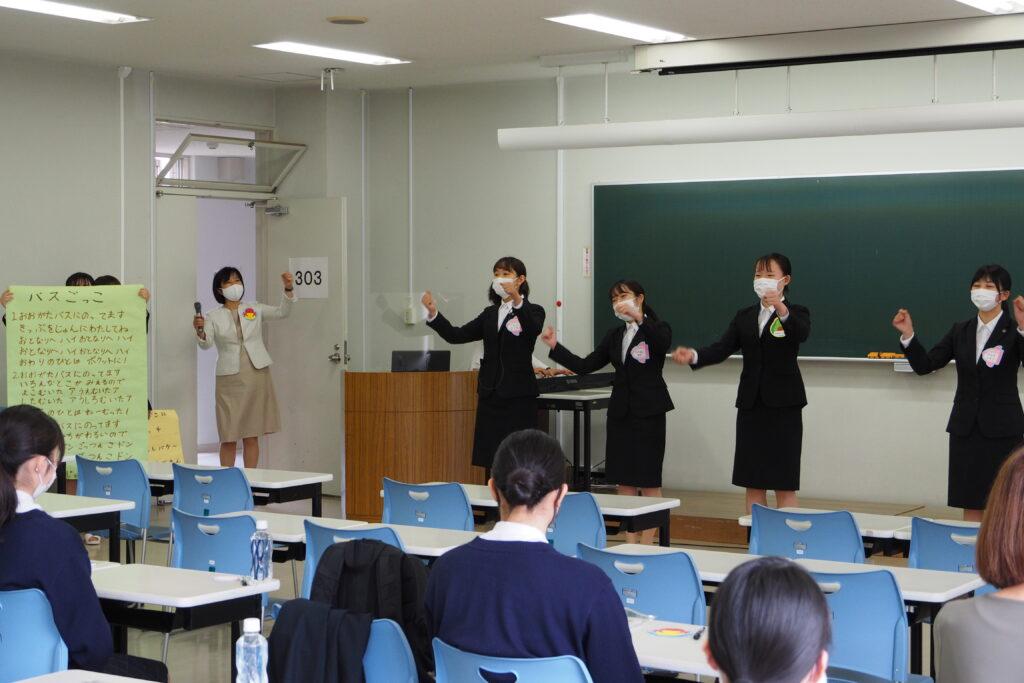 学生による手遊びと先輩からのメッセージ(保育学科)