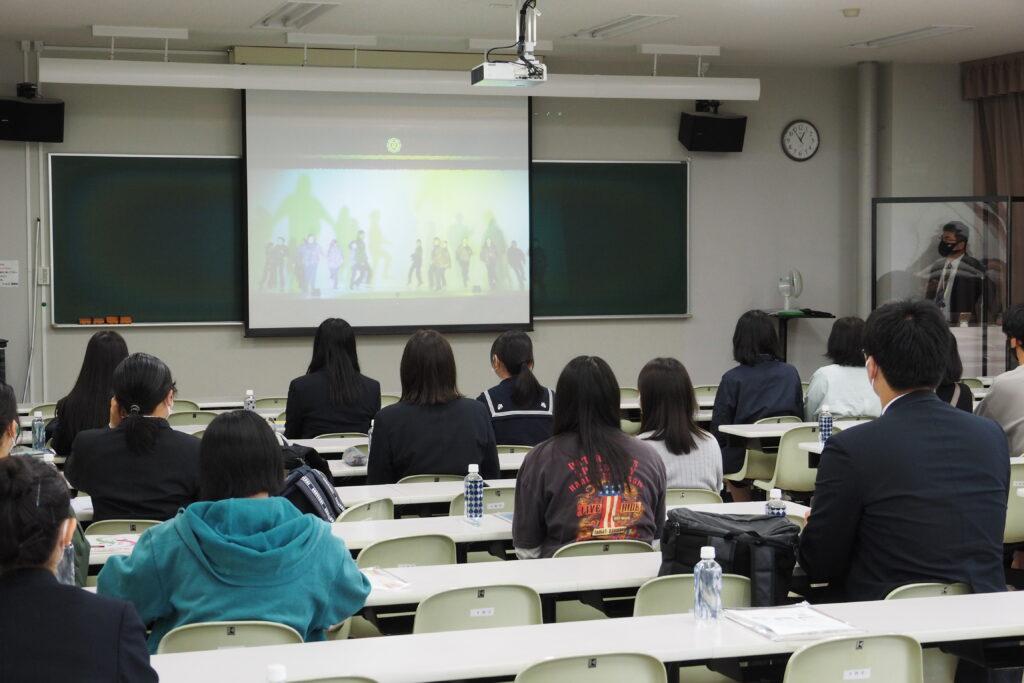 学科説明の前に「オンライン聖翔祭」のビデオを上映(キャリア開発総合学科)