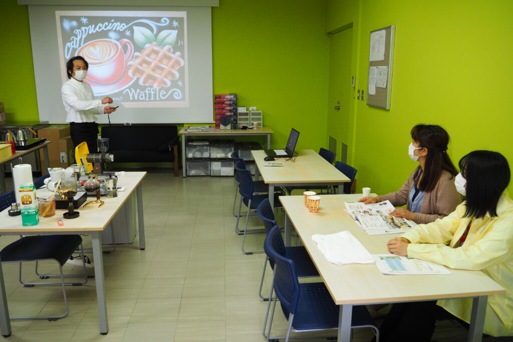 製菓・カフェ系のカフェでは、チョークアートを紹介(キャリア開発総合学科)