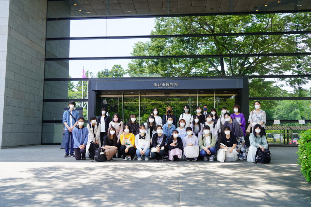 博物館前で記念撮影32名が参加
