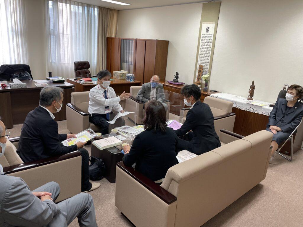 取材を受ける吉川学長、木村副学長、戸井副学長、佐藤事務部長