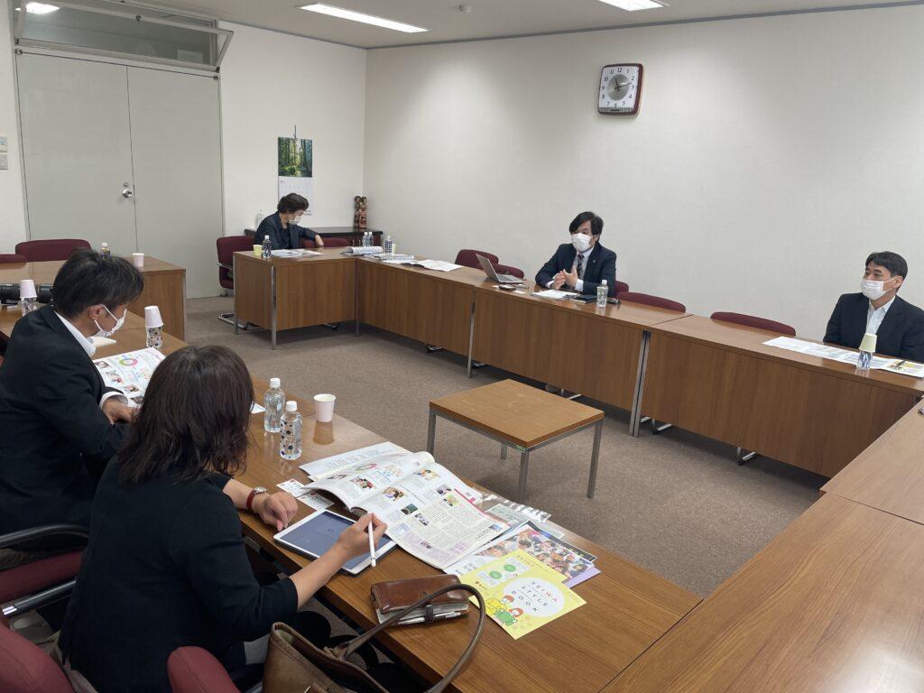 本学の特徴を述べる堀准教授、冨田職員