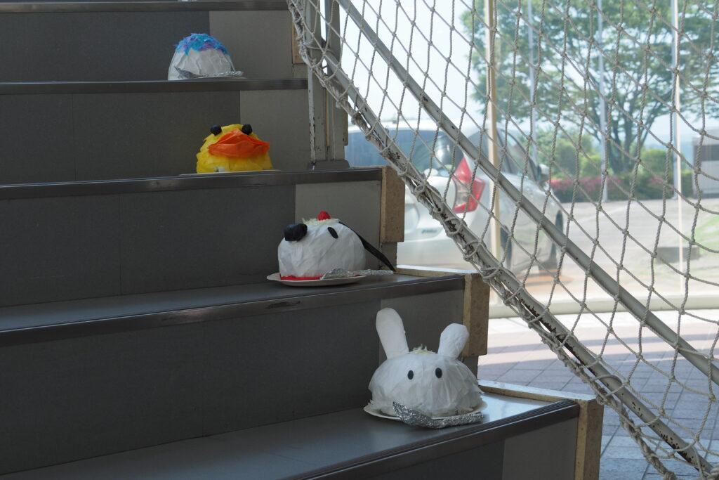 階段には保育学科の学生が製作した「かき氷」をイメージした作品を展示。