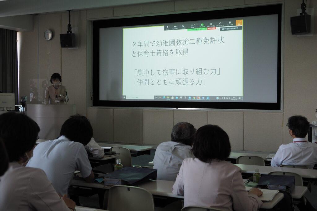 保育学科の中島学科長より説明。教育内容や教育目標について熱く語りました。