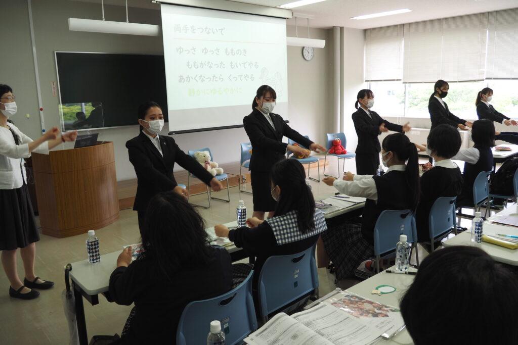 参加した高校生も学生と一緒に楽しんでいます。