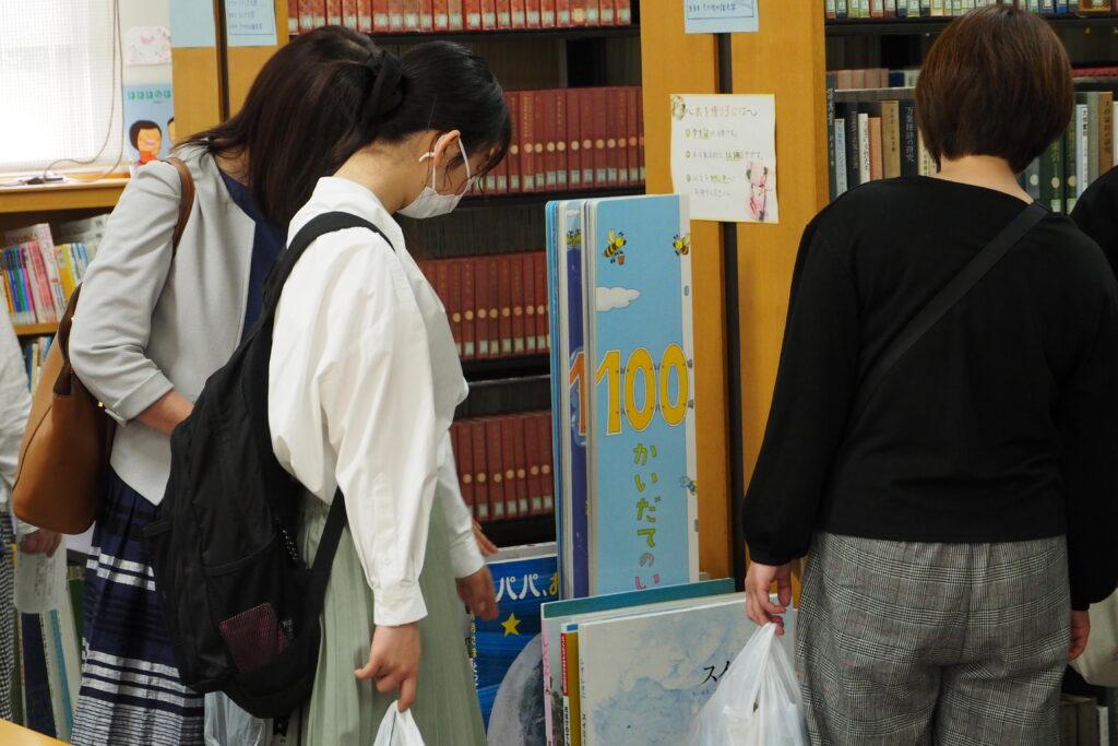 施設見学その1「図書館」。大きな絵本に興味津々です。