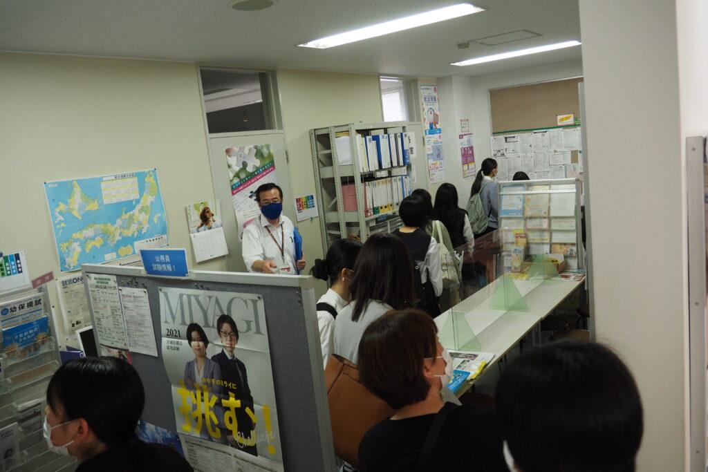 施設見学その2「進路資料室」。求人関係の資料が満載です。