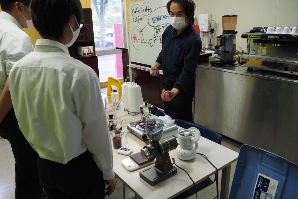 分科会「製菓・カフェ」。エスプレッソコーヒーの抽出をしています。