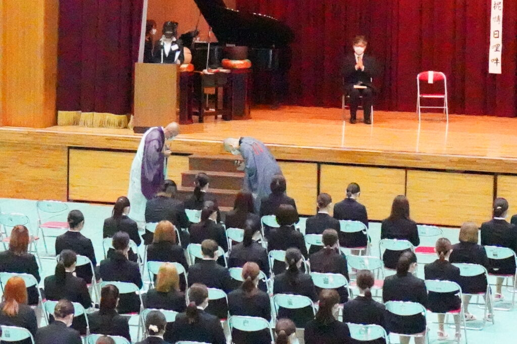 導師入場。向かって右側が鎌田文惠学園長です。