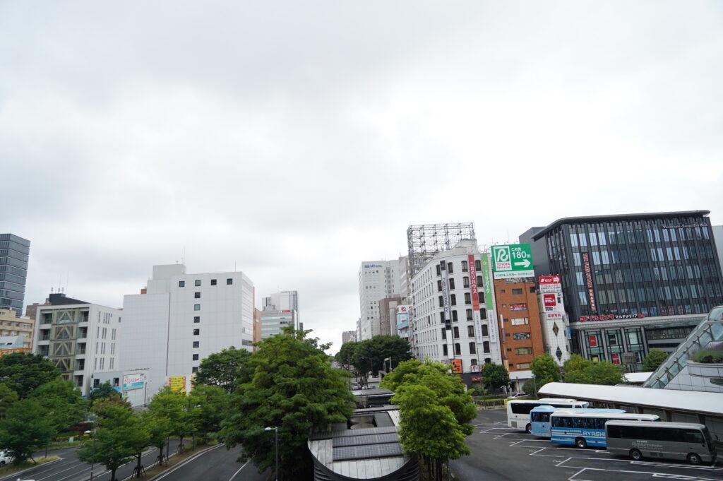仙台駅東口2階から見た宮城野通の中央部にセンターがあります。