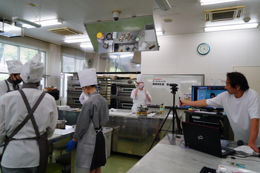 パティシエ体験レッスン『抹茶のフルーツパウンドケーキ』に挑戦! オンラインで別会場に中継中