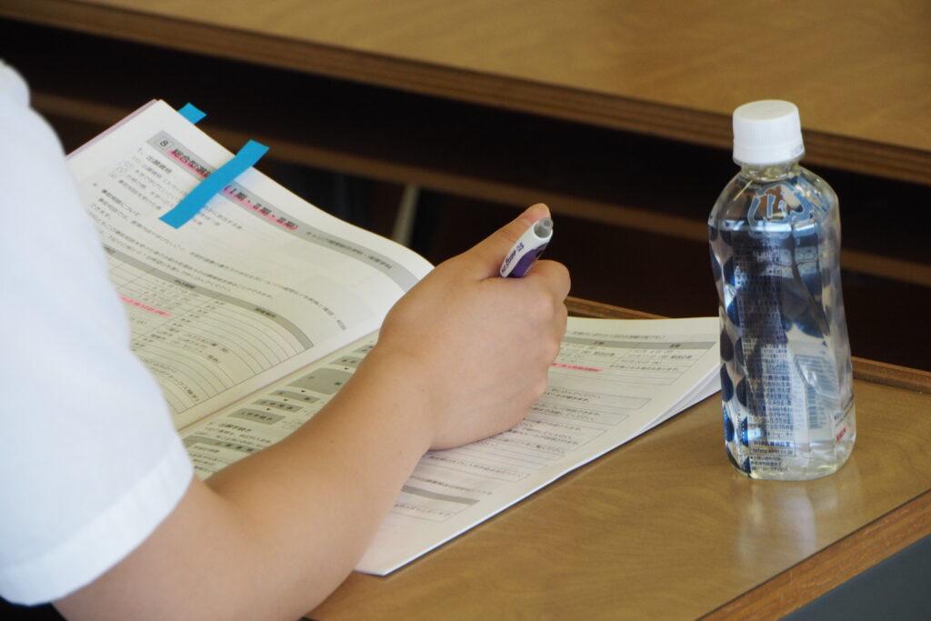 入試準備レッスンでは、募集要項に付箋を貼って熱心にメモをとっています。