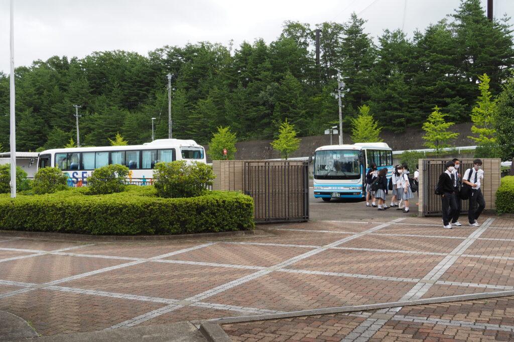 2台のバスで到着。午前中いっぱい体験授業や見学を行います。
