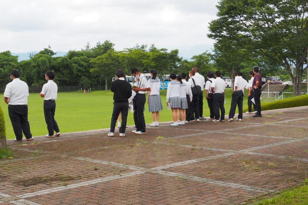 施設見学その2「グランド」。一面天然芝のグランドで、緑が鮮やかです。