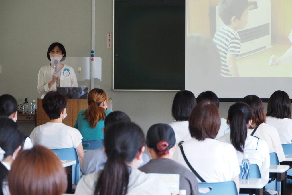 中島学科長より学科の紹介。保育者への夢がふくらみます。