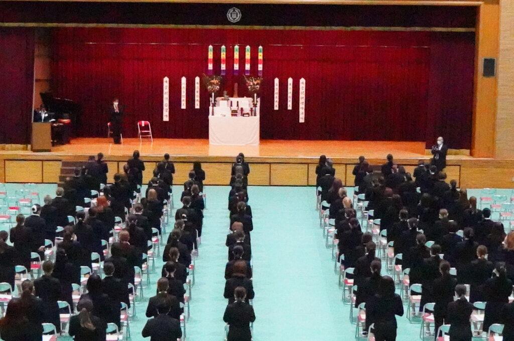 保育学科の開式の礼拝(らいはい)