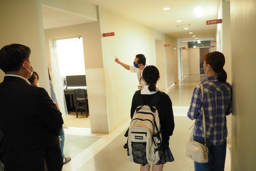 施設見学。ピアノレッスン室の前です。