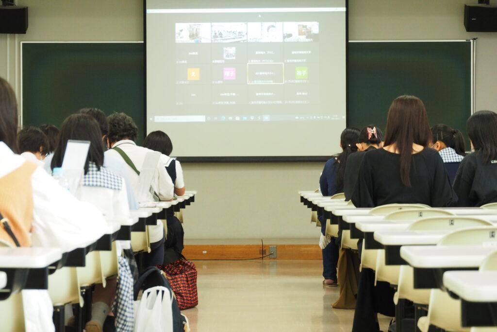 受付後は体験授業の希望ごとに小会場にてオンラインで学科や入試の説明を視聴。