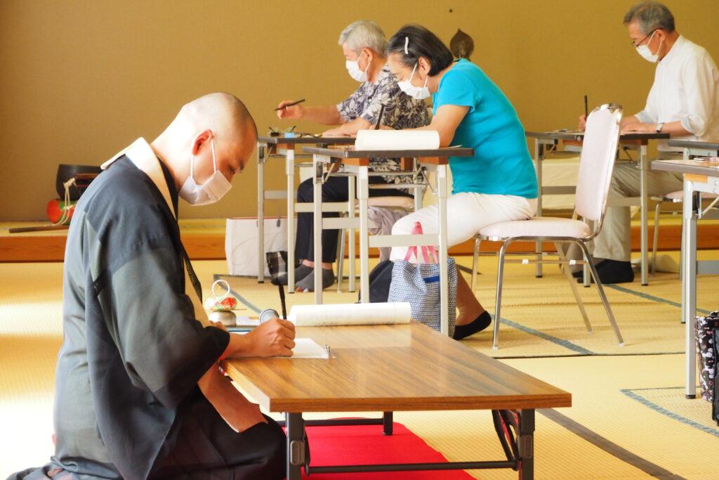 講師の鎌田先生も一心不乱に写経されています。