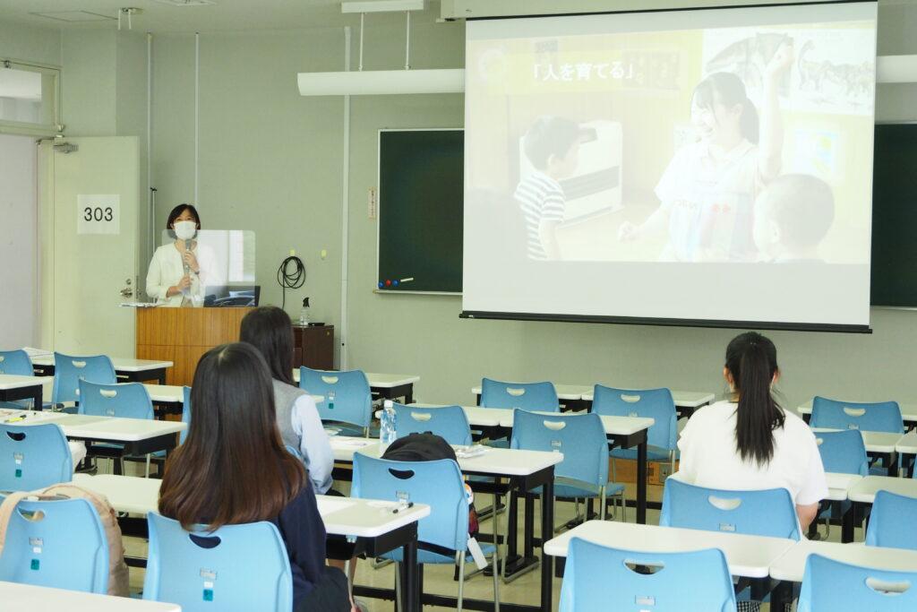 午前(保育学科)その2。学科長挨拶。聖和短大での学びの特色を紹介しました。