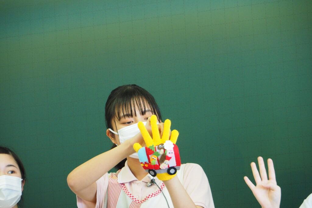午前(保育学科)その4。お弁当バスの手袋シアターです。
