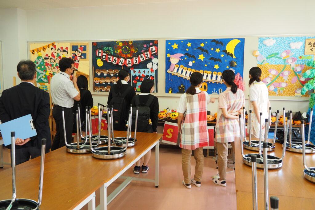 午前(保育学科)その6。施設見学の一コマ。図工教室には100個のハロウィン飾りが置かれています。
